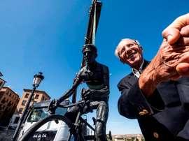 El exciclista toledano Federico Martín Bahamontes sonríe tras presenciar la recolocación de su escultura en el paseo del Miradero de la ciudad de Toledo tras haber sido reparada. EFE/ Ángeles Visdómine/Archivo