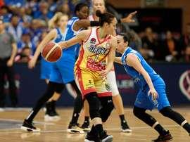 La jugadora Nuria Martínez (i) conduce el balón durante un partido. EFE/J. M. García/Archivo
