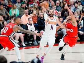 Ricky Rubio de Phoenix Suns en acción ante Damian Lillard y CJ McCollum de Portland Trail Blazers en un partido de la NBA, entre los Portland Trail Blazers y los Phoenix Suns,disputado en Portland (EEUU), el pasado 10 de marzo. EFE/ Soobum Im/Archivo