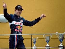 El piloto canadiense Robert Wickens, con Red Bull Lukoil, celebraba su victoria después de la segunda prueba de Fórmula 2 disputada en el Circuit de la Comunitat Valenciana Ricardo Tormo, en mayo de 2009. EFE/ Kai Försterling/Archivo