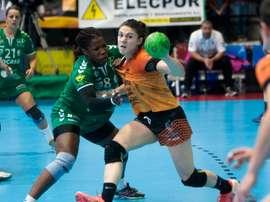 La jugadora Ana Isabel Martínez (d) dispara a puerta ante la marca de Lisandra Lusson (i), durante el partido de la final de la Copa de la Reina de Balonmano en 2017. EFE/Salvador Sas/Archivo