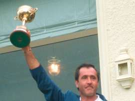 El capitán de la selección europea, Severiano Ballesteros, con la Copa Ryder de Golf tras vencer a la de Estados Unidos, en el campo de Valderrama en Sotogrande, en 1997. EFE/Archivo