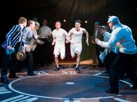 Imagen facilitada por Premier PR de los actores Tam Williams (i), que interpreta a Lord Andrew Linsday y James McArdle, como Harold Abrahams, son los protagonistas de la versión teatral de Carros de Fuego. EFE