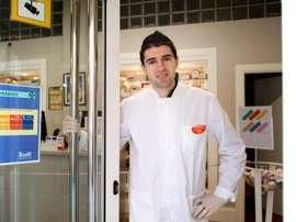 De La Masia a combatir el COVID-19 en su farmacia. EFE