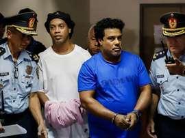 Ronaldinho deixa prisão no Paraguai e vai para prisão domiciliar. EFE
