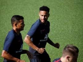 Felipe Melo da un consiglio a Neymar. EFE