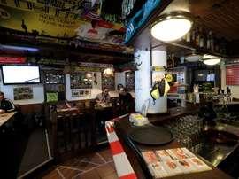 Gel en vez de cerveza, once aficionados en vez del 'muro amarillo'. EFE