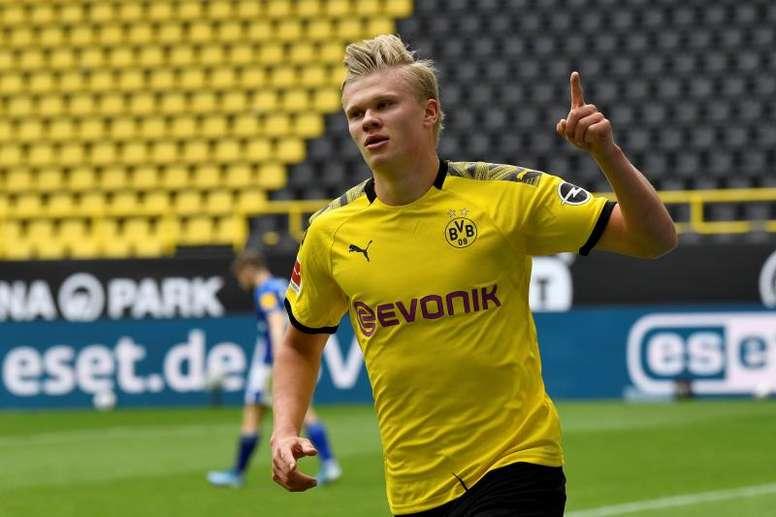 Haaland ganó la lucha en el reestreno de la Bundesliga. EFE