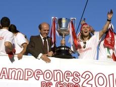 El Sevilla y Capel festejan la Copa de 2010. EFE