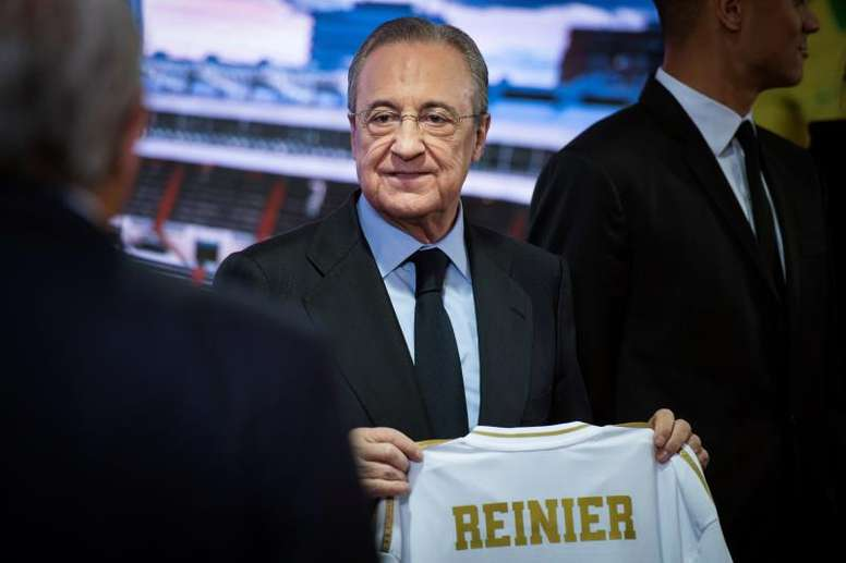 Florentino quiso saber cómo ha sido el regreso del Madrid de primera mano. EFE