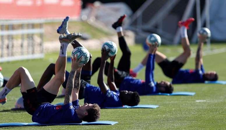 El Atlético se entrenó en dos grupos. EFE