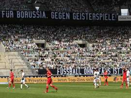 12 000 supporters en carton au Borussia Park. EFE