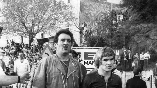 El piloto español Santiago Herrero (d), y su mecánico, durante el Gran Premio de Yugoslavia de motociclismo. EFE/ma/Archivo