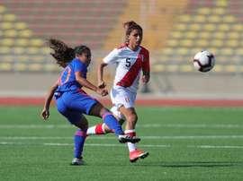 Las futbolistas peruanas lamentan la falta de respaldo en el país. EFE