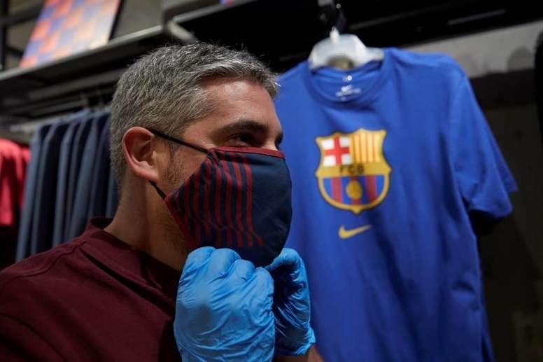 Barcelona coloca máscaras à venda. EFE/ Alejandro García