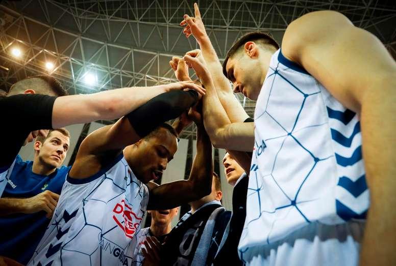 Los jugadores del Delteco GBC celebran una victoria en Illumbe, en San Sebastián. EFE/Javier Etxezarreta/Archivo