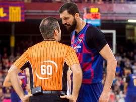 El pivot español de origen montenegrino Nikola Mirotic (d) del Fc Barcelona discute con el árbitro Rafael Serrano (i). EFE/Quique Garcia/Archivo