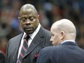 En la imagen, el expívot de los Knicks de Nueva York y actual entrenador de los Hoyas de Georgetown, Patrick Ewing (i). EFE/Erik S. Lesser/Archivo