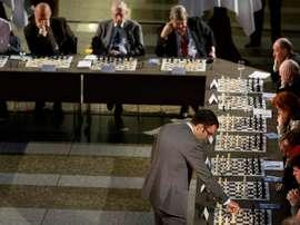 El gran maestro cubano de ajedrez Leinier Dominguez (d, de pie). EFE/BART MAAT/Archivo