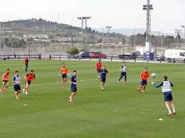 El Levante ya entrena con 14 jugadores y practica con partidillos. EFE/ManuelBruque