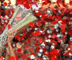 Fotografía del fotógrafo de la Agencia EFE, Julio Muñoz, tomada el 27/5/2015 durante la celebración de la cuarta copa de la Europa League ganada por el Sevilla FC en Varsovia. EFE/Julio Muñoz/Archivo