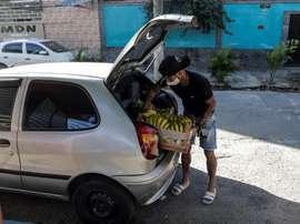 Los futbolistas de Brasil se ganan la vida como pueden. EFE
