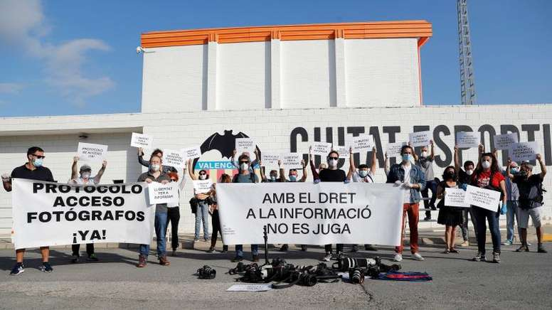 Protesta en la puertas de la ciudad deportiva valencianista. EFE