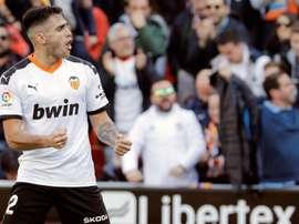Maxi Gómez confía en que el Valencia acabe en los puestos cabeceros. EFE