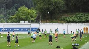 El Eibar también se sumó a los entrenamientos colectivos. EFE