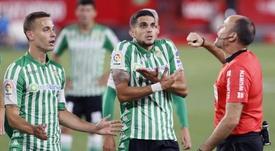 Bartra se dirigió a la afición del Betis. EFE