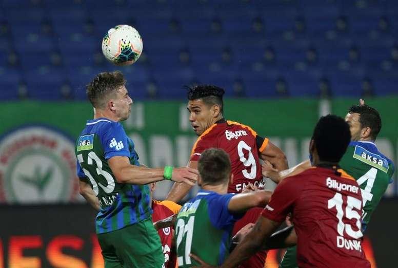 Radamel Falcao é uma das estrelas estrangeiras do Campeonato Turco. EPA/HAKAN BURAK ALTUNOZ