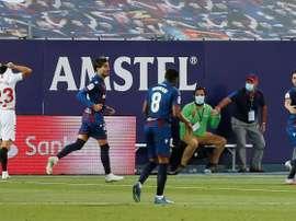 El colegiado le da el gol a Miramón. EFE