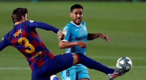 Pique and Recio had an argument after Barca won a penalty. EFE