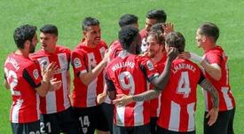 Íñigo Martínez (n.4) celebra con sus compañeros su gol al Betis. EFE