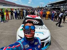 Fotografía personal divulgada por el piloto Bubba Wallace este lunes donde aparece él acompañado por varios pilotos en el circuito Talladega Superspeedway este martes en Alabama (EEUU).EFE/Bubba Wallace