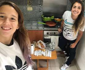 La futbolista de River que le cocina a los sintecho. EFE