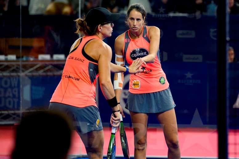 La jugadora Gemma Triay (d) y su compañera Lucía Sainz (i). EFE/Pedro Puente Hoyos/Archivo