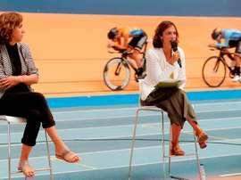 La presidenta del Consejo Superior de Deportes, Irene Lozano, y la presidenta de la Fundación Trinidad Alfonso, Elena Tejedor (d), durante la presentación de la nueva colaboración con la Federación Española de Ciclismo para mejorar el Centro de Alto Rendimiento del Velódromo Luis Puig. EFE/Kai Försterling