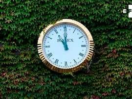 Vista del icónico reloj de Rolex con las manecillas paradas a las 11 de la mañana, simbolizando el inicio oficial del torneo de tenis de Wimbledon (Reino Unido), este lunes. EFE/ Andy Rain