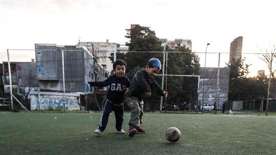El COVID-19 pone cuesta arriba la formación de los jóvenes futbolistas. EFE