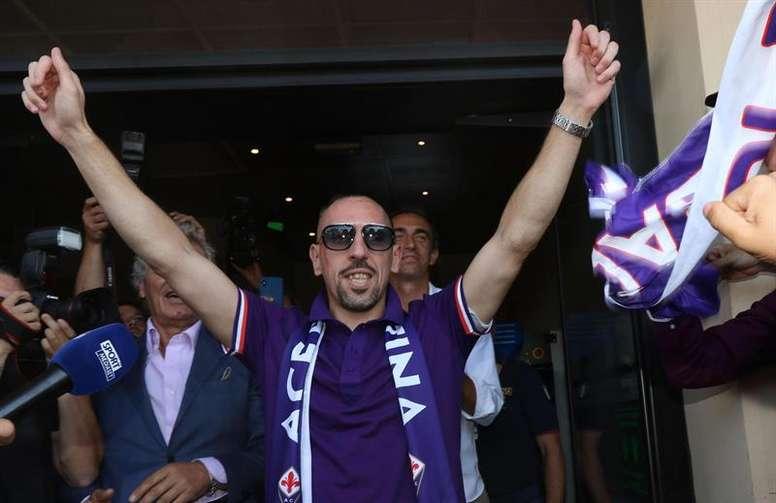Un groupe de supporters de la Fiorentina tacle Ribéry. efe
