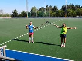Bea Pérez (i) y Carmen Cano (d) en un campo de hockey del CAR de Madrid. EFE/Foto Federación de Hockey