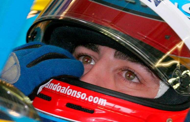 El piloto español Fernando Alonso de Renault, en una imagen de 2005 en el circuito japonés de Suzuka, Japón. EFE/Franck Robichon/Archivo