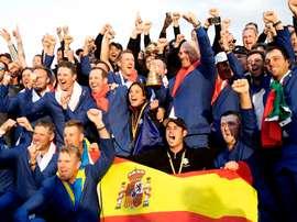 El equipo de Europa de la Ryder Cup, celebra con los greenkiper su victoria en en Torno en 2018 EFE/LUIS TEJID/Archivo