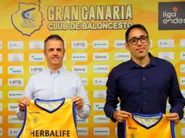 El Herbalife Gran Canaria presentó este jueves a sus nuevos entrenador, Profirio Fisac (i), y director deportivo, Willy Villar (d). EFE/ Elvira Urquijo A.