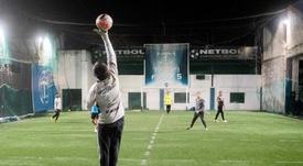 Un futbolín humano con distancia social, alternativa en Argentina. EFE
