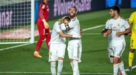 El capitán fue el primero en levantar el trofeo de Liga. EFE