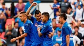 Cruz Azul se aprovecha de un inocente Hugo Rodríguez. EFE