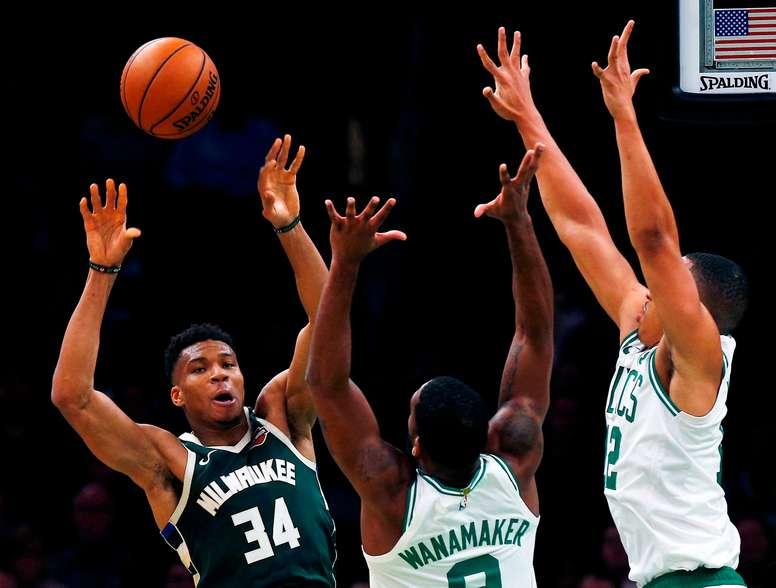 En la imagen, el jugador de los Bucks de Milwaukee Giannis Antetokounmpo (i) enfrenta a sus rivales de los Celtics de Boston Brad Wanamaker (c) y Grant Williams (d). EFE/Cj Gunter/Archivo
