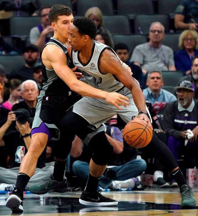 En la imagen, el jugador serbio Bogdan Bogdanovic (i), de los Kings de Sacramento, ante el escolta DeMar DeRozan (d), de los Spurs de San Antonio. EFE/John G. Mabanglo/Archivo